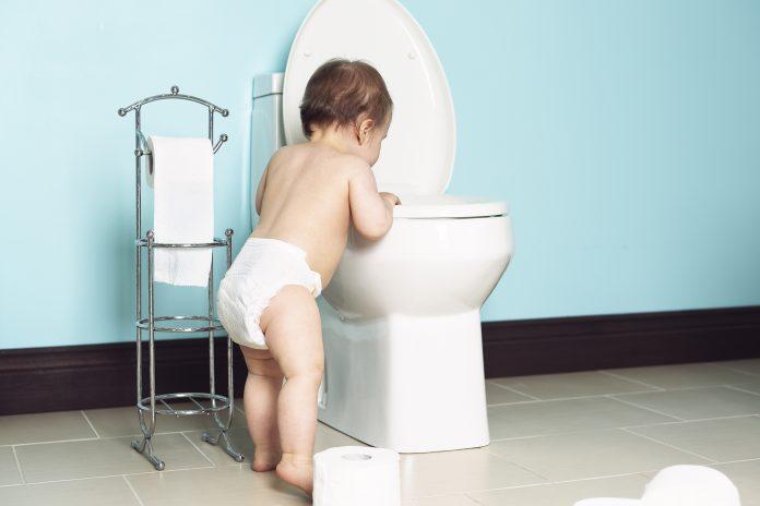 Child flushes toilet-4fdaf12e